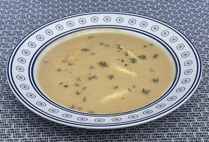 Pureer de kopjes niet, maar haal ze uit het water en doe ze later in de soep. (Foto Erik van Huizen)