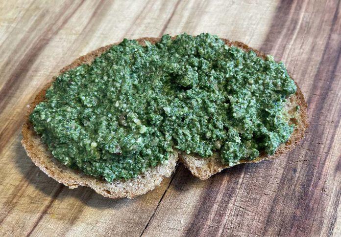 Deze brandnetelpesto is heerlijk op een stukje zuurdesembrood. (Foto Erik van Huizen)