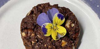 Opvallend in deze brownie is de rode biet. De aardse smaak past volgens Stijn De Kock en Elke Aerts goed bij de chocolade. (Foto Erik van Huizen)