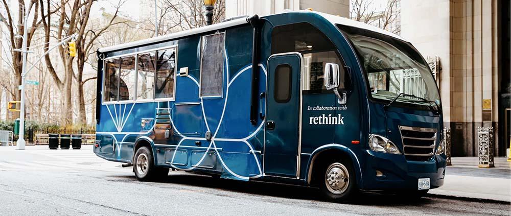Medewerkers van Eleven Madison Garden brengen de maaltijden voor de New Yorkers rond met de Eleven Madison Truck. Dit gebeurt in samenwerking met Rethink Food. (Foto Elkeven Madison Garden)