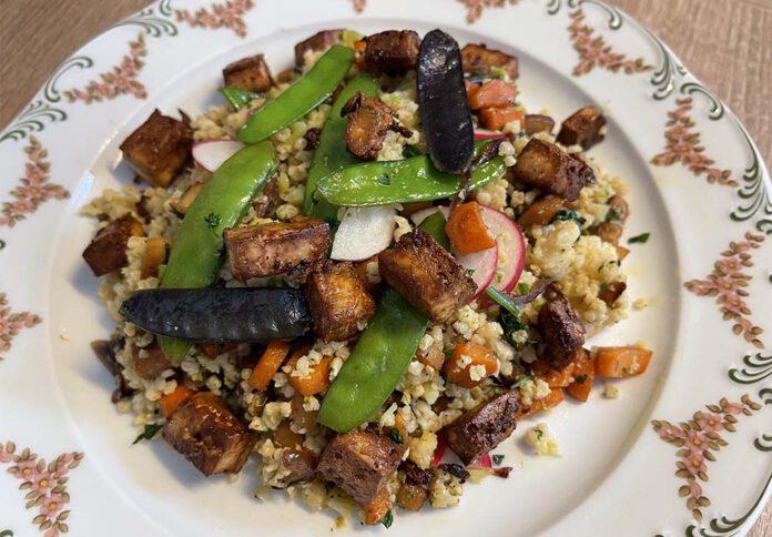 Met deze maaltijdsalade heb je in één keer zowel je granen, eiwitten en groenten binnen. (Foto Erik van Huizen)