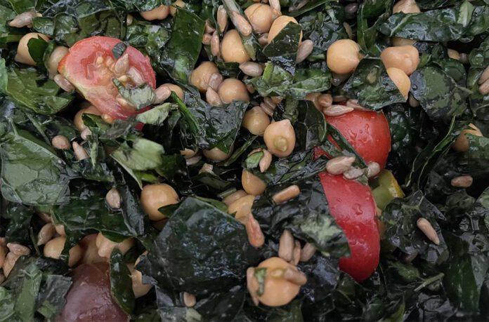 Deze salade kan je het beste een paar uur van tevoren maken. Zo trekken de smaken van de dressing goed in de kool. (Foto Erik van Huizen)