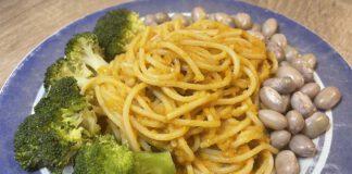 Ik heb deze pasta met pompoensaus geserveerd met broccoli, kievitsbonen en een groene salade van andijvie. (Foto Erik van Huizen)